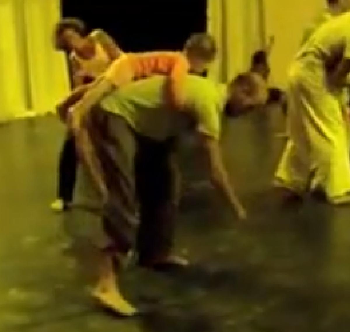 Χορεύοντας με ένα παιδί!