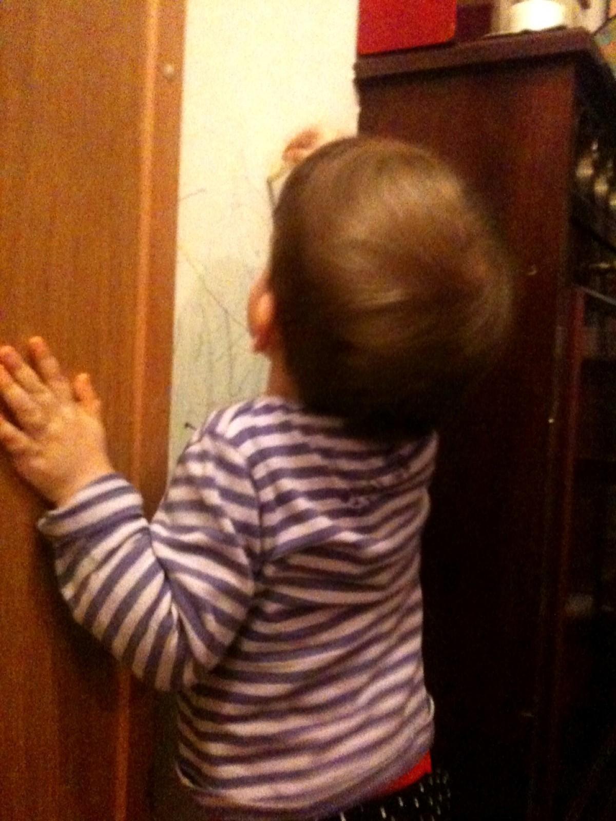 Το παιδί ζωγραφίζει στους τοίχους (του σαλονιού)
