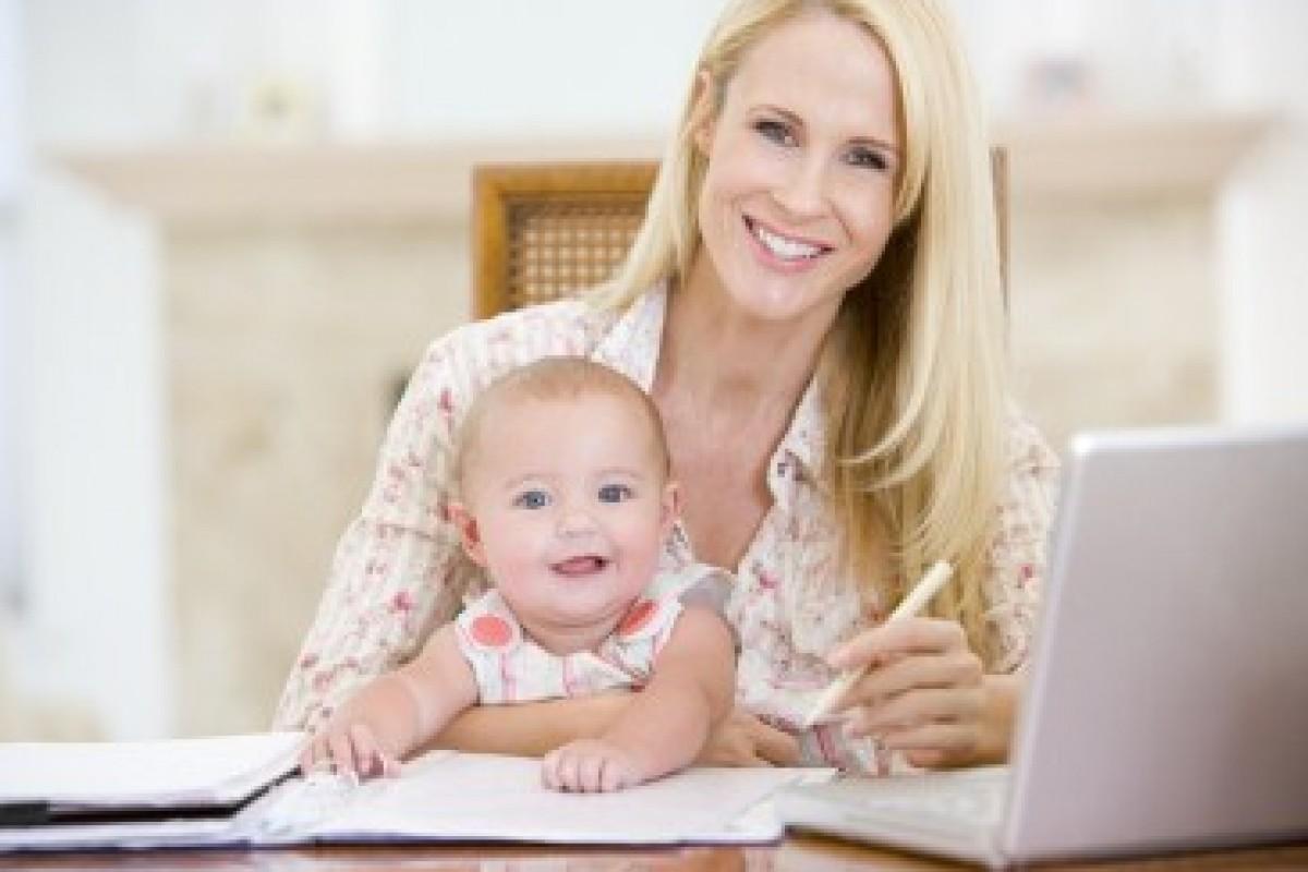 Η μαμά ρωτάει: Όταν δουλεύω σπίτι, να είναι εκεί το μωρό ή να λείπει;
