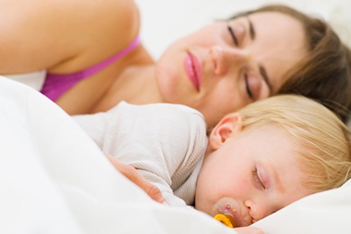 Βοήθεια! Ο γιος μου δεν κοιμάται αν δεν κάνει… «μαλλί»!