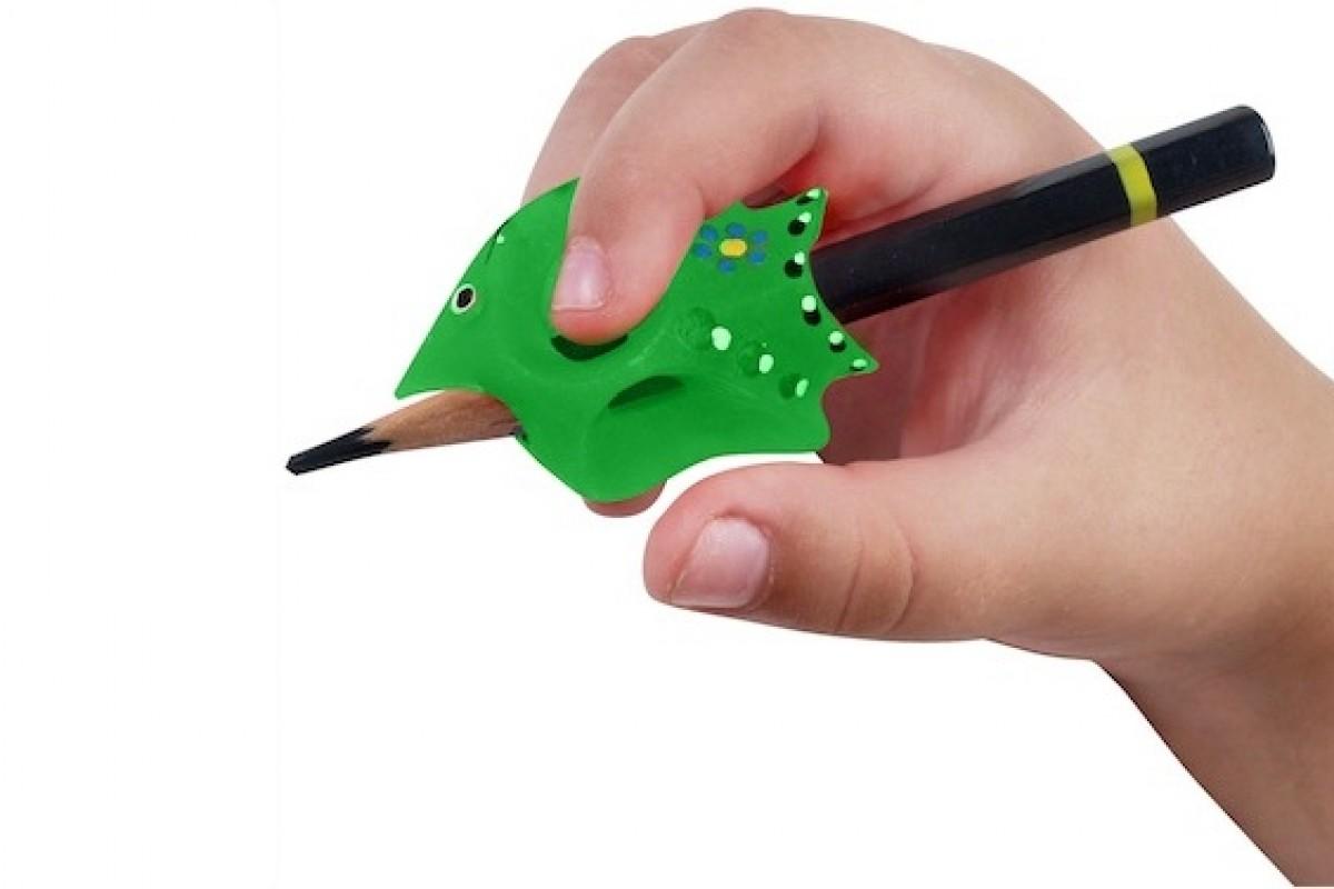 Για να μάθει να πιάνει σωστά το μολύβι!