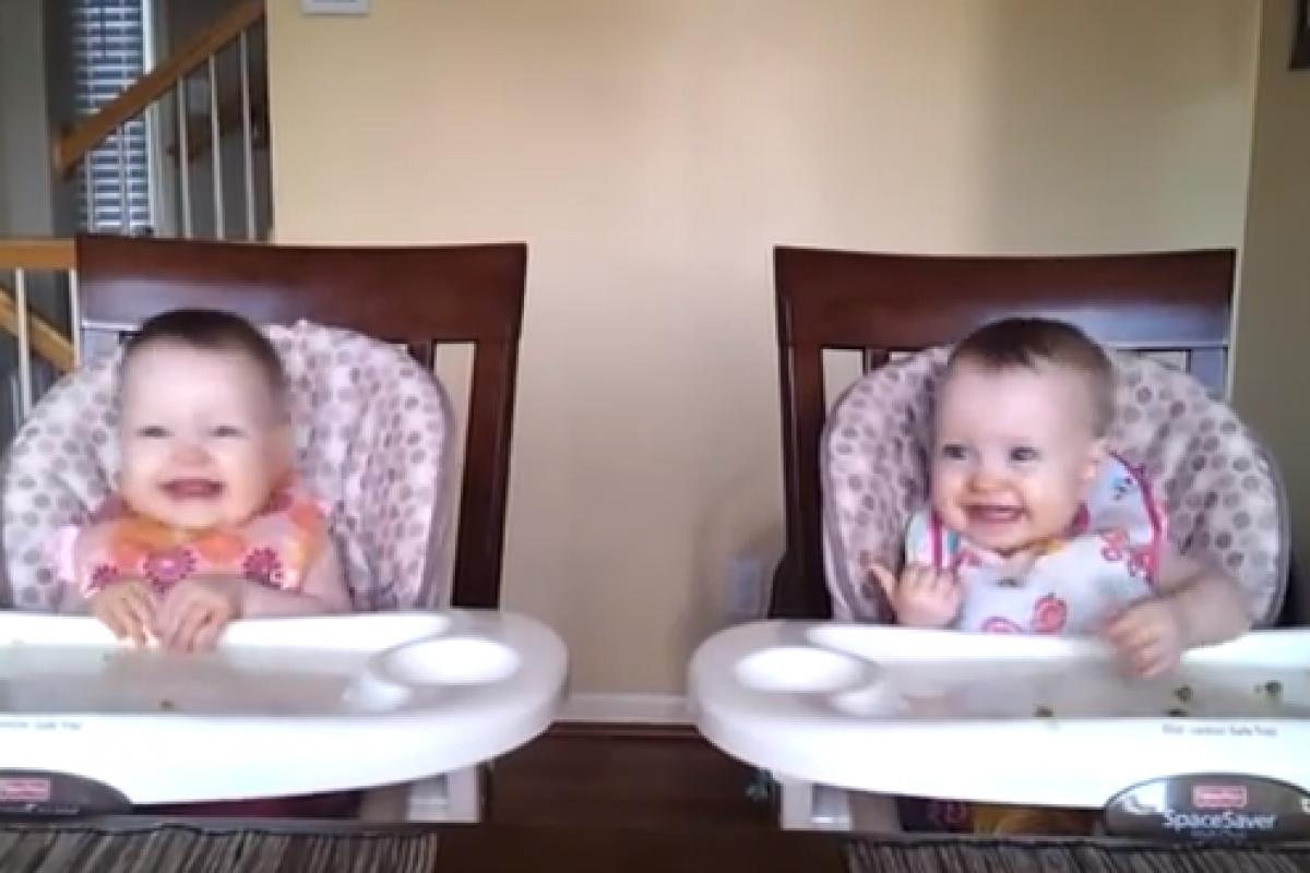 Μπαμπά, λατρεύουμε την κιθάρα σου! (βίντεο)