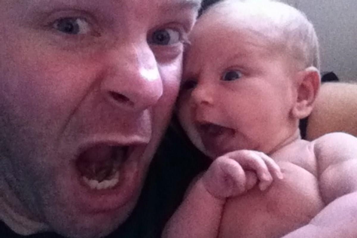 Οι απίθανες γκριμάτσες ενός μπαμπά με τη νεογέννητη κορούλα του