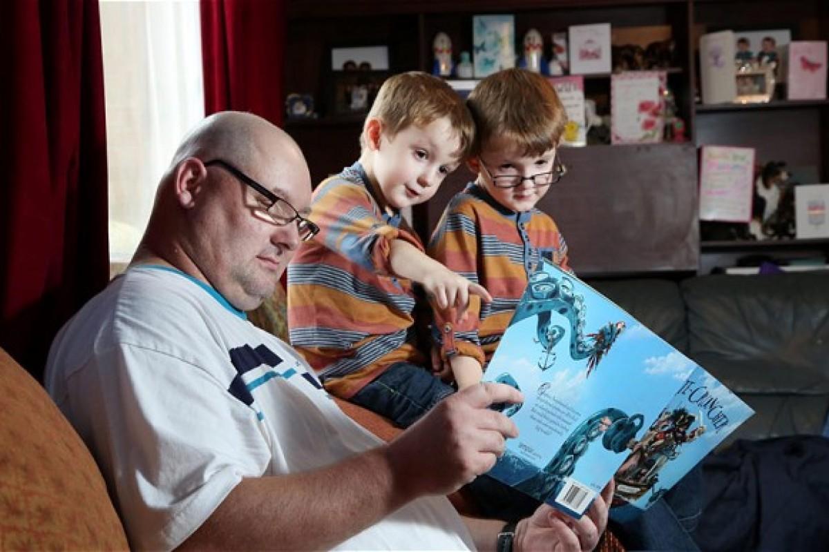 Ένας τυφλός πατέρας βλέπει τους γιους του για πρώτη φορά