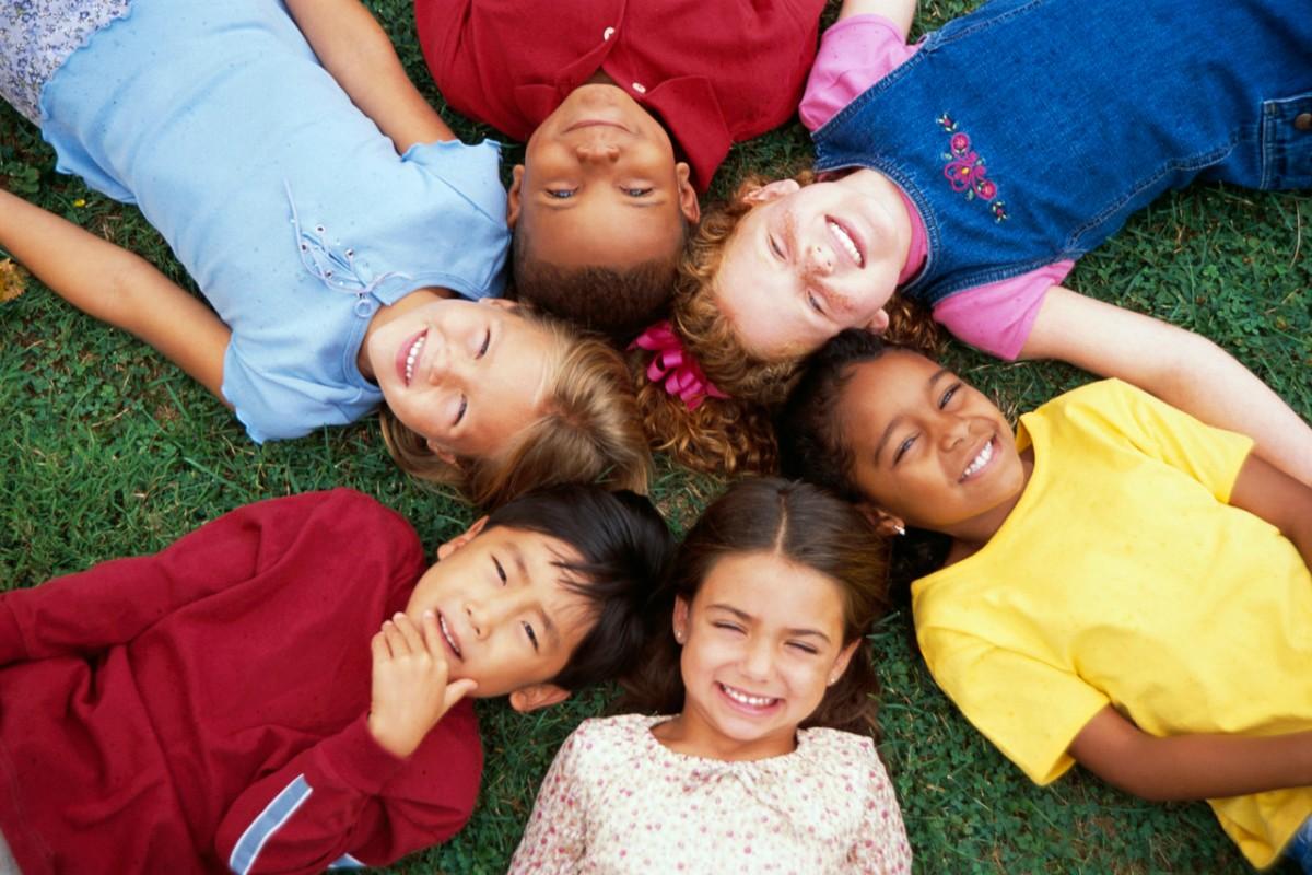 18 πράγματα που μπορούν να μας μάθουν τα παιδιά για την ευτυχία