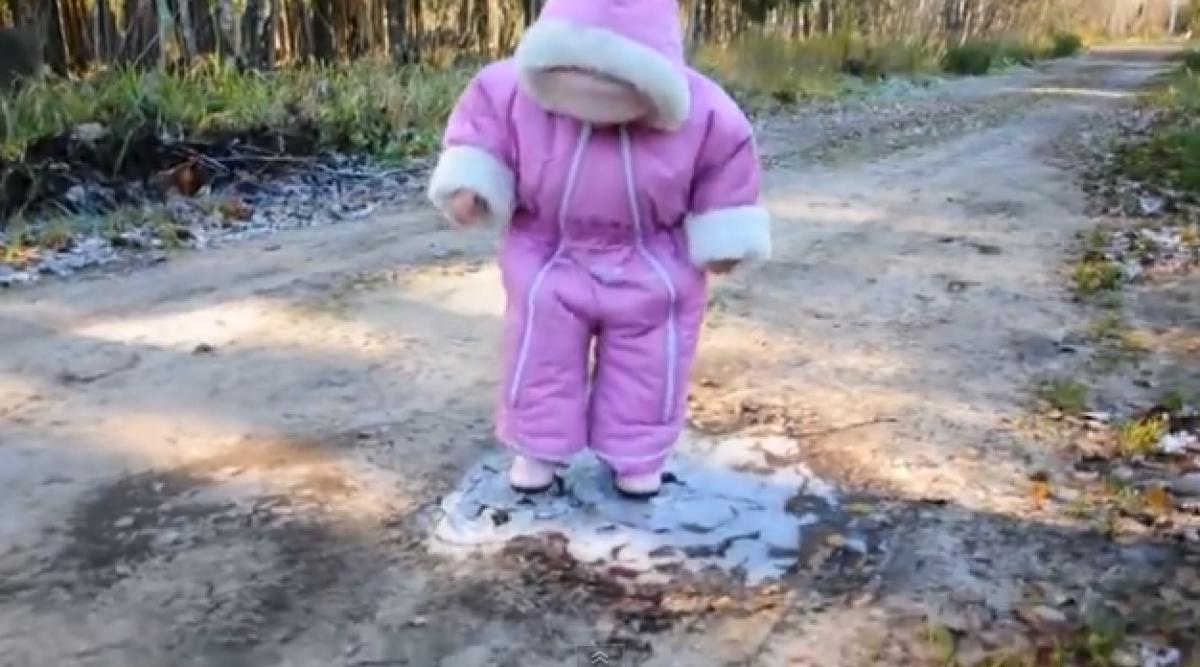 Μωρό έρχεται για πρώτη φορά σε επαφή με πάγο (Απίστευτα γλυκό!)
