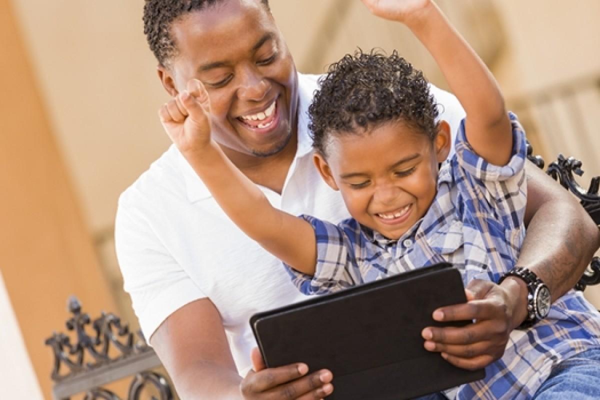 Μήπως τελικά η τεχνολογία δεν διευκολύνει και τόσο τους γονείς;
