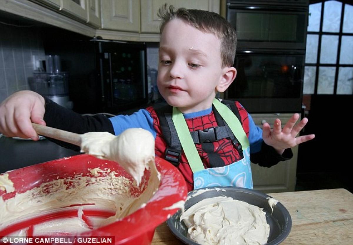 Το αγοράκι που δεν μπορεί να φάει, μα λατρεύει το μαγείρεμα