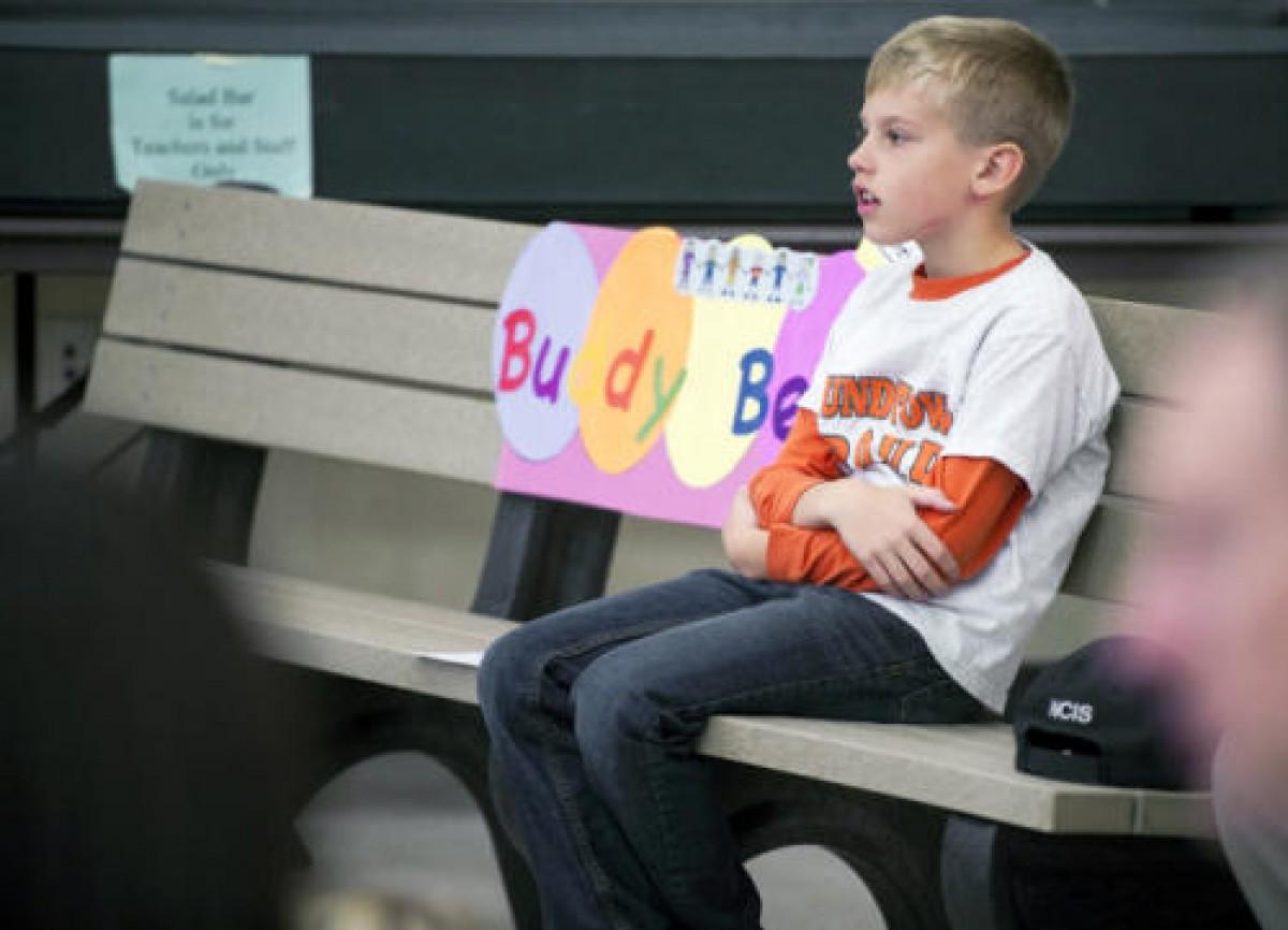 Το buddy bench βοηθάει τους μαθητές να κάνουν νέους φίλους
