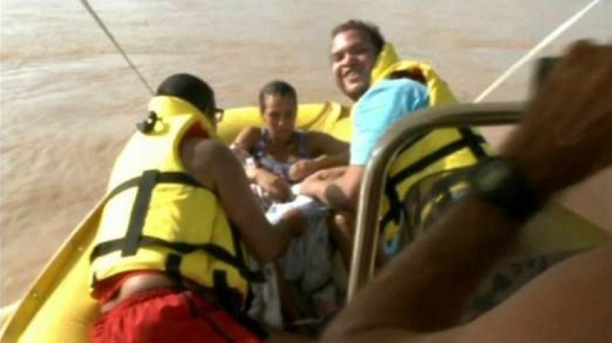 Συγκλονιστικό βίντεο: Γυναίκα γεννάει μέσα σε βάρκα διάσωσης