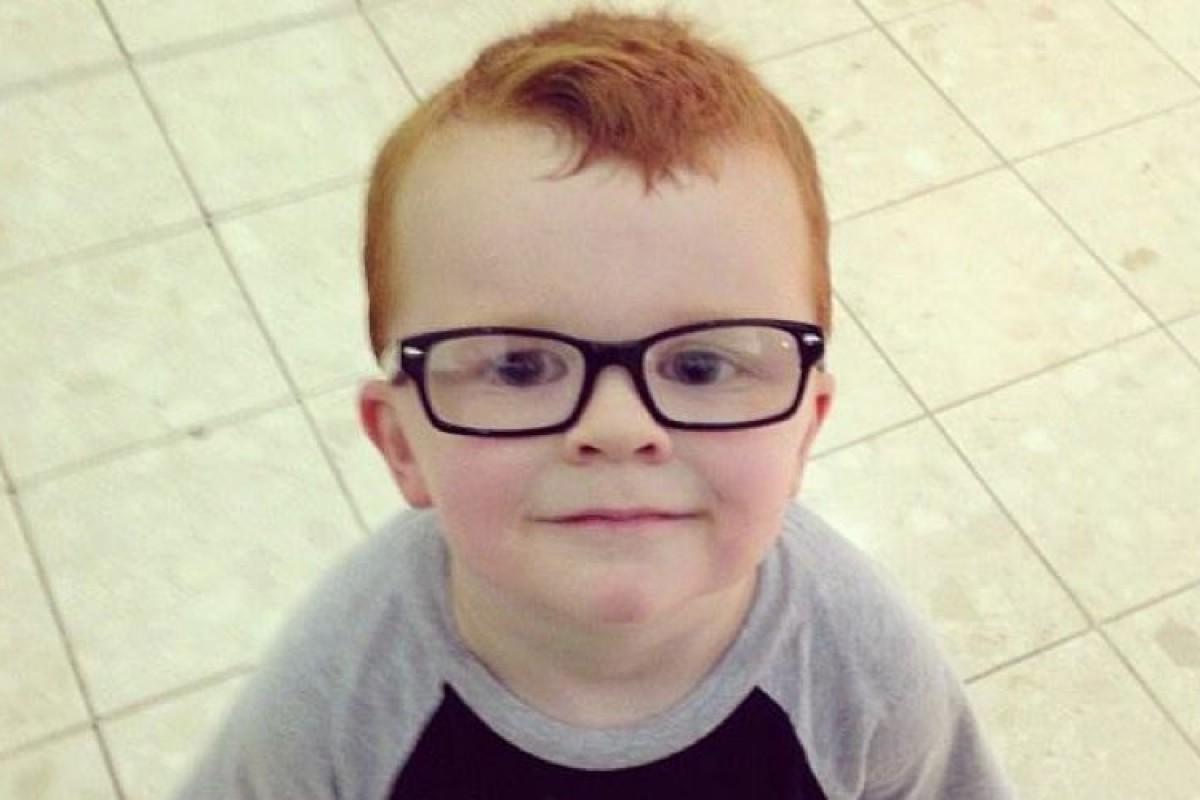 Έφτιαξε σελίδα στο Facebook για να πείσει τον γιο της ότι τα γυαλιά του είναι… τέλεια!