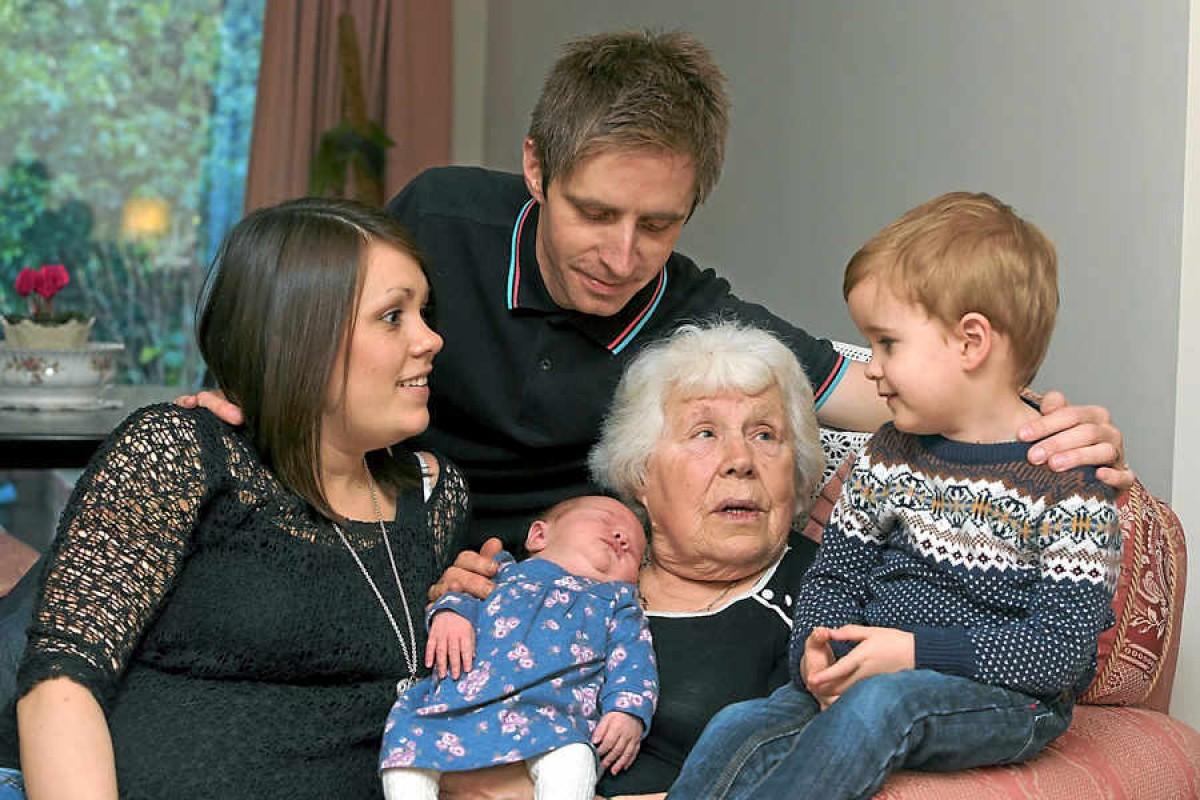 82χρονη έφερε στον κόσμο το δισέγγονό της