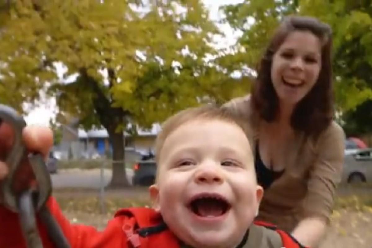 Όλη η ομορφιά του να είσαι μαμά σε ένα βίντεο
