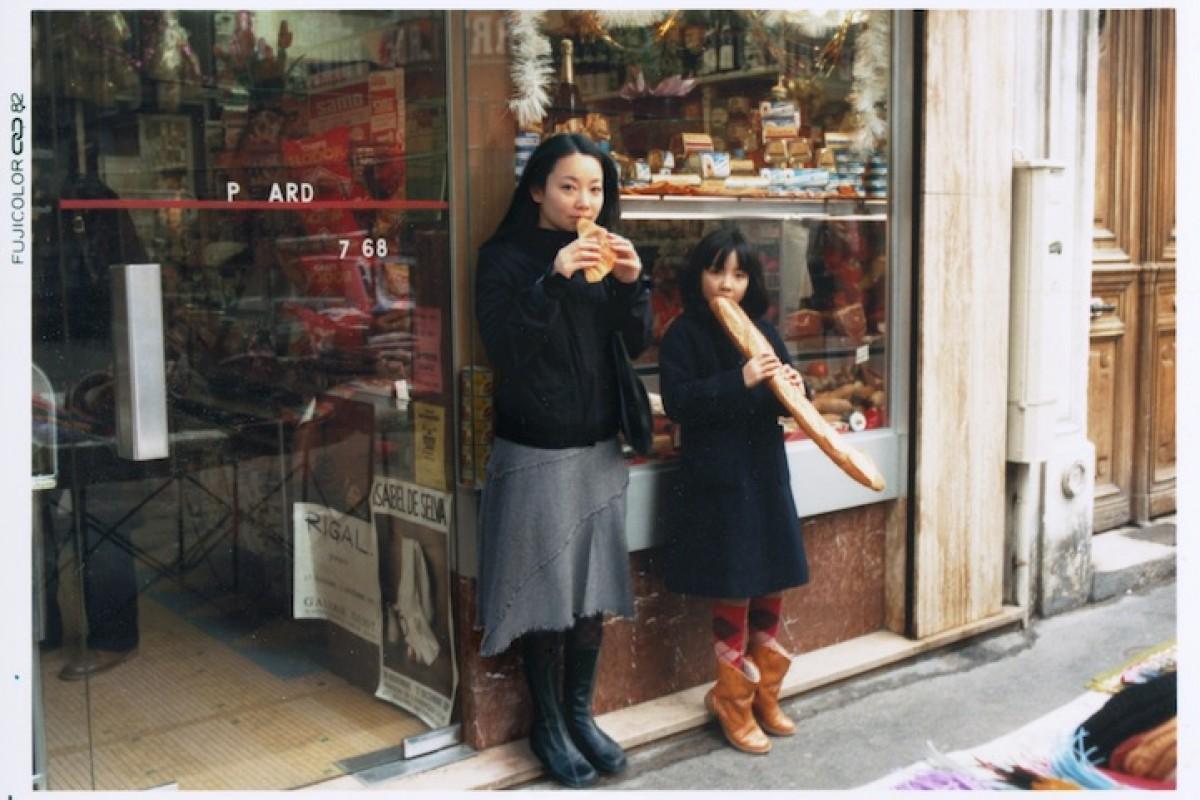 Μια γυναίκα ξαναζεί τα παιδικά της χρόνια μέσα από φωτογραφίες