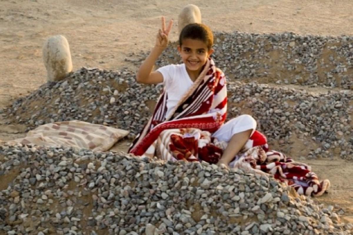 HOAX (απάτη): Ένα παιδάκι στην Συρία κοιμάται ανάμεσα στους τάφους των γονιών του.