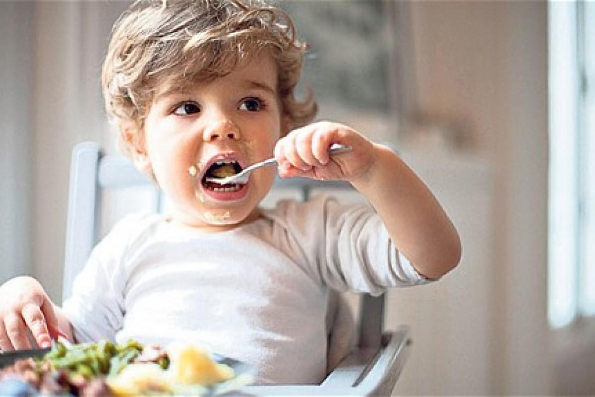 5 τρόποι για να καταφέρει το νηπιάκι σας να φάει από μόνο του