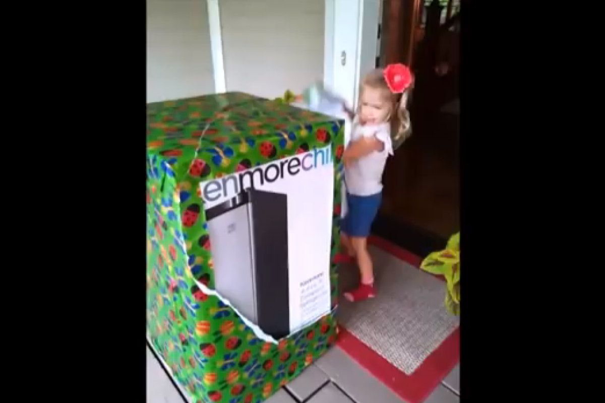 Βιντεο: 3χρονη κουκλίτσα παίρνει το καλύτερο δώρο του κόσμου!