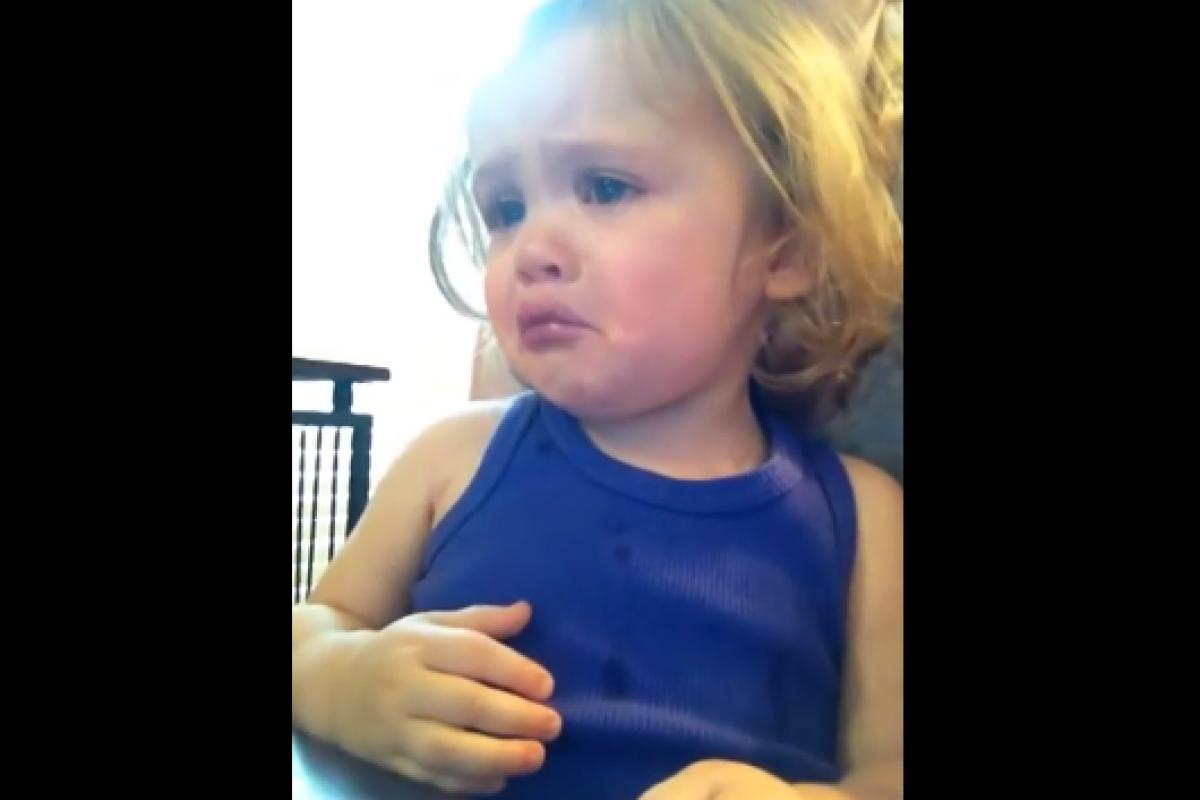 Ένα μωράκι συγκινείται με το βίντεο γάμου των γονιών του