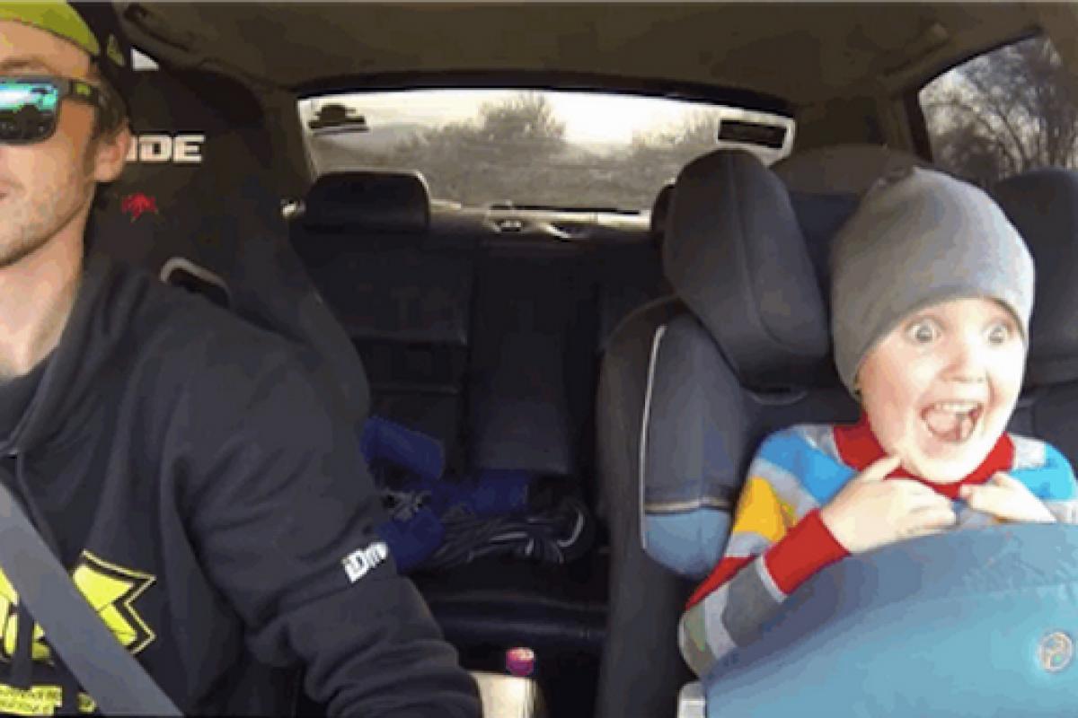 Δείτε ένα νήπιο που κάνει drift με τον μπαμπά του
