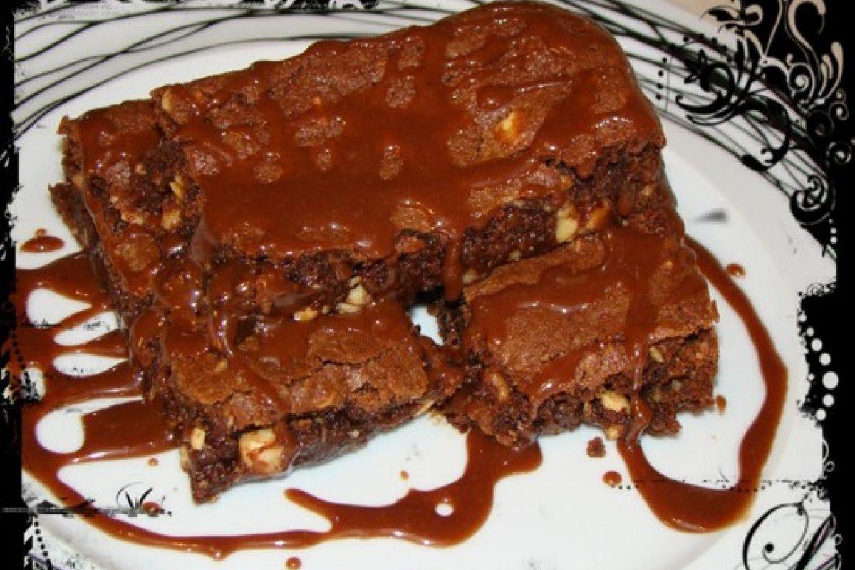 Brownies με φουντούκια και σιρόπι σοκολάτας