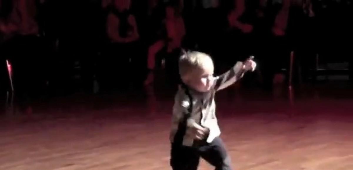Ένας μικρούλης χορευτής που θα σας κλέψει την καρδιά