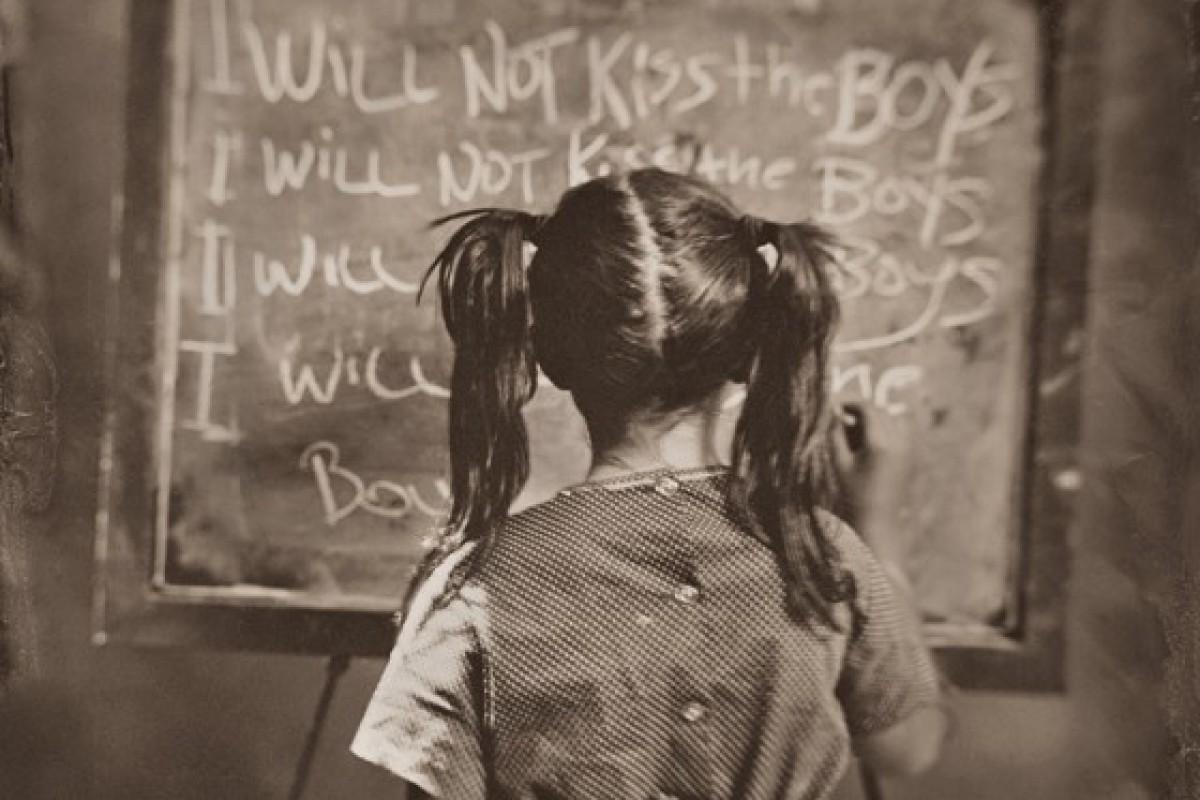 Παιδιά γράφουν στον πίνακα τα λάθη τους