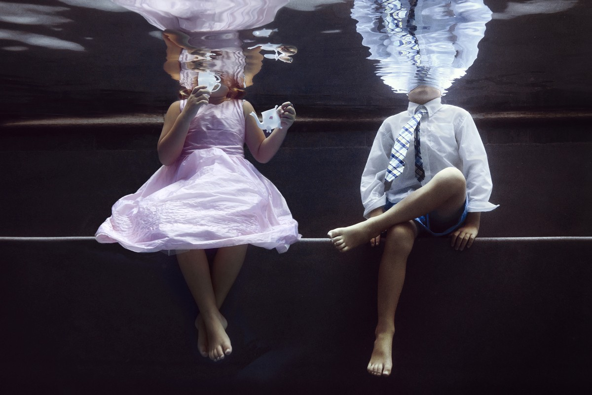 Παιδιά βουτάνε στην πισίνα για μια υποβρύχια φωτογράφιση