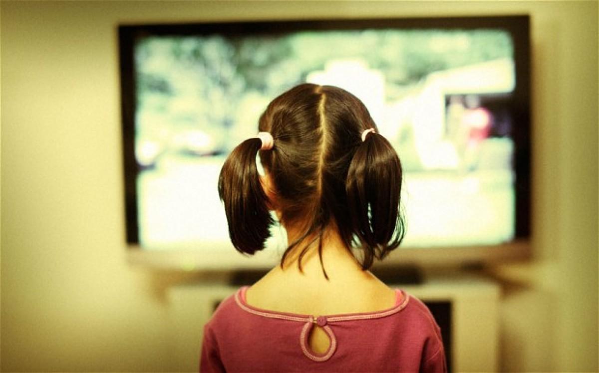 Τα παιδιά χάνουν 7 λεπτά ύπνου για κάθε 1 ώρα τηλεόρασης που βλέπουν