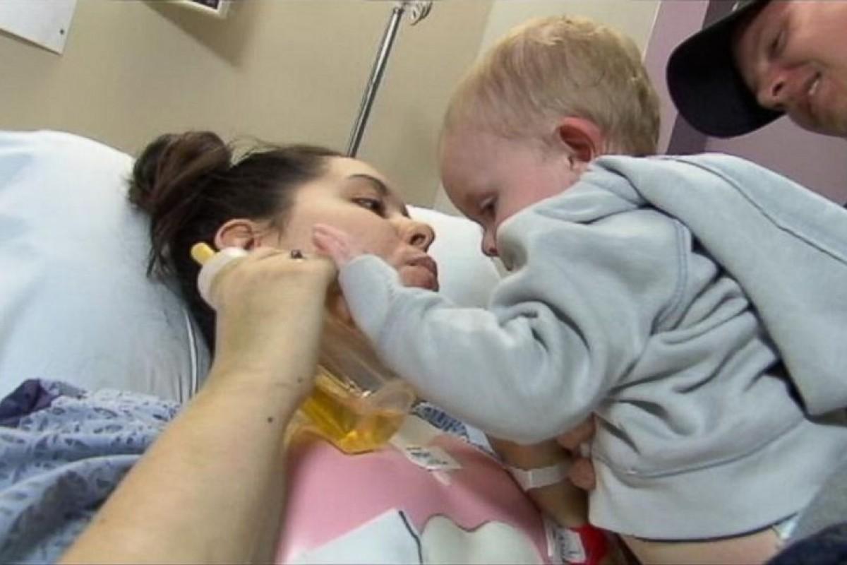 Έπεσε από φλεγόμενο κτίριο για να σώσει τον γιο της