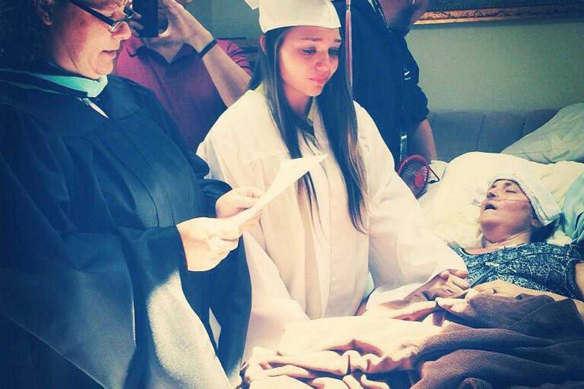 Μια κόρη αποφοιτεί πλάι στην ετοιμοθάνατη μητέρα της