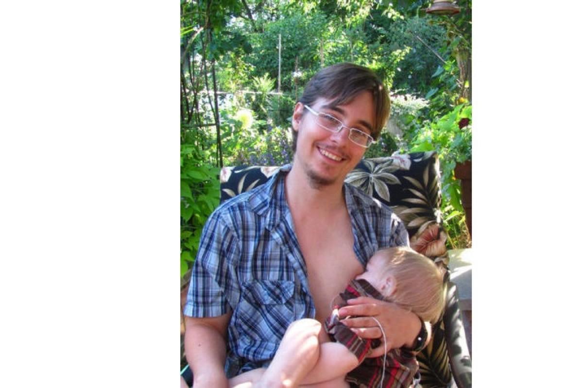 «Είμαι ένας τρανσέξουαλ μπαμπάς που θηλάζει το μωρό του»