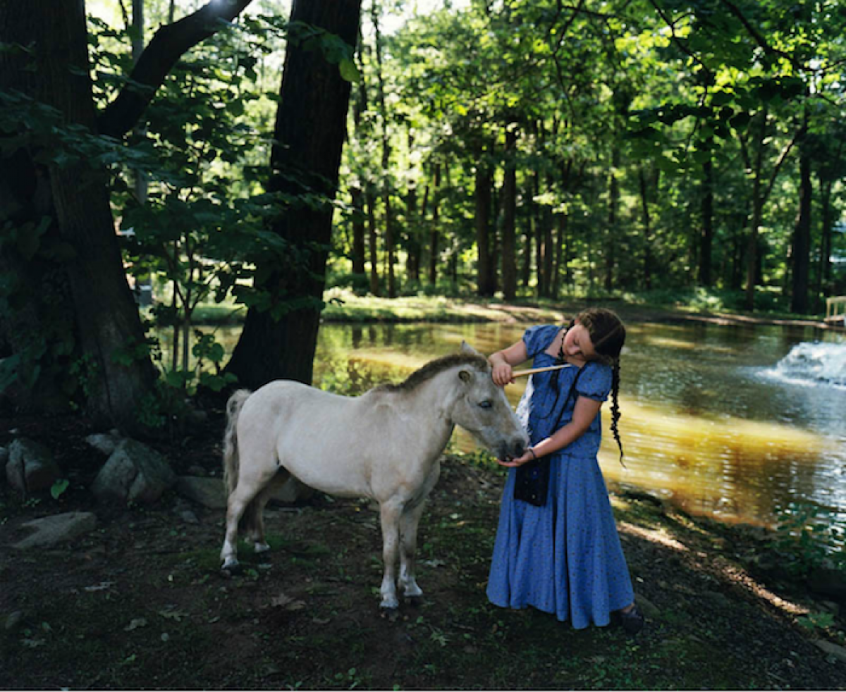 Το κορίτσι που φωτογραφίζεται με τα αδέλφια της, τα ζώα
