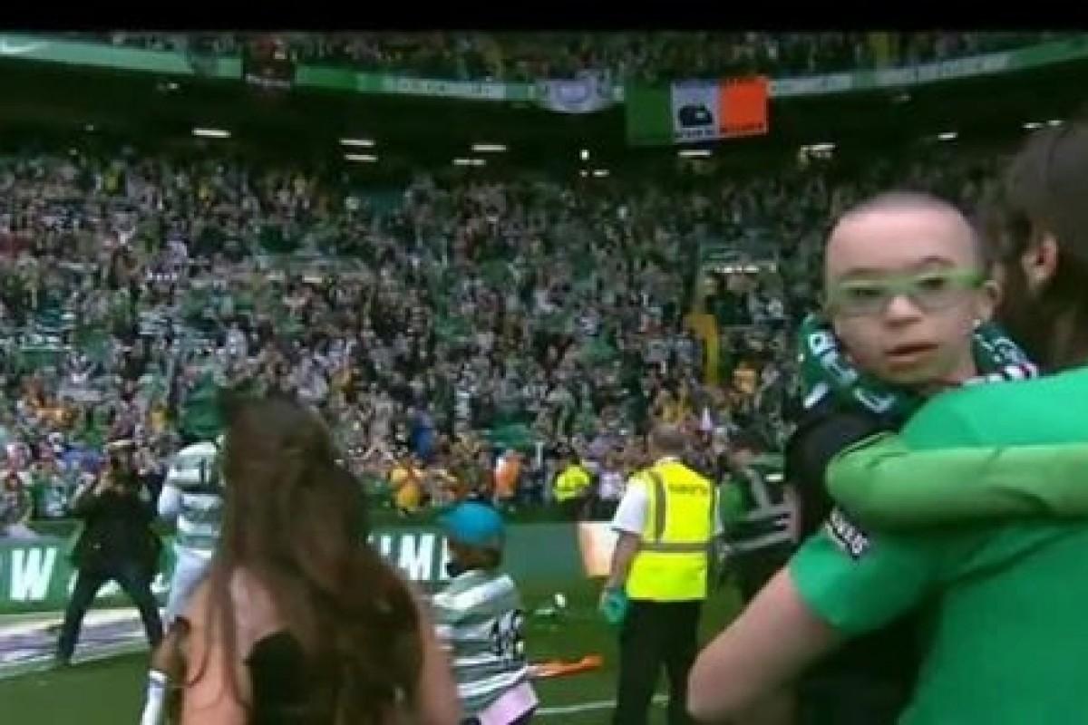 Ο Γιώργος Σαμαράς συγκινεί το γήπεδο αγκαλιά με τον μικρό του θαυμαστή
