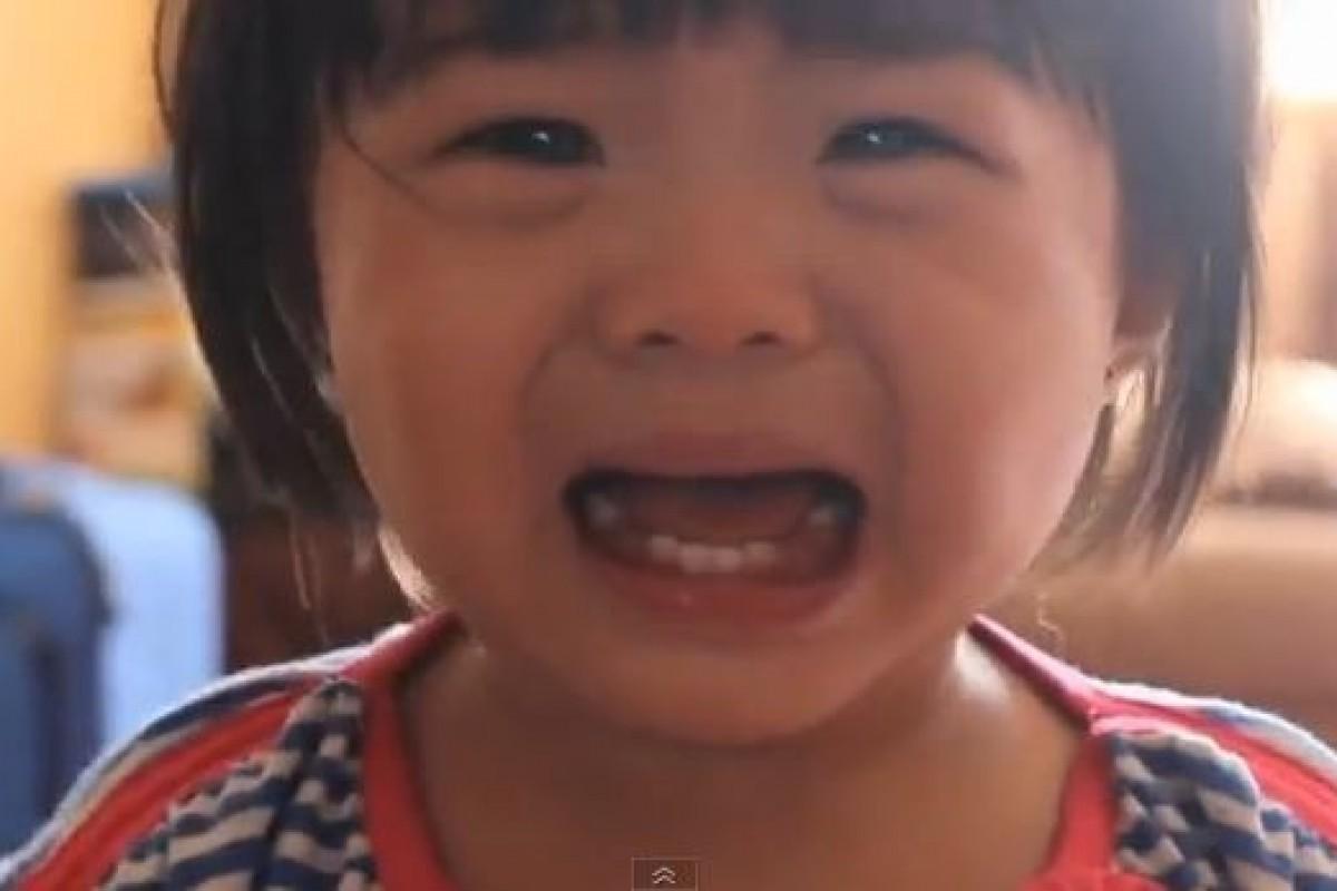 Δείτε το έξυπνο κόλπο ενός μπαμπά που κάνει την κόρη του να σταματήσει να κλαίει