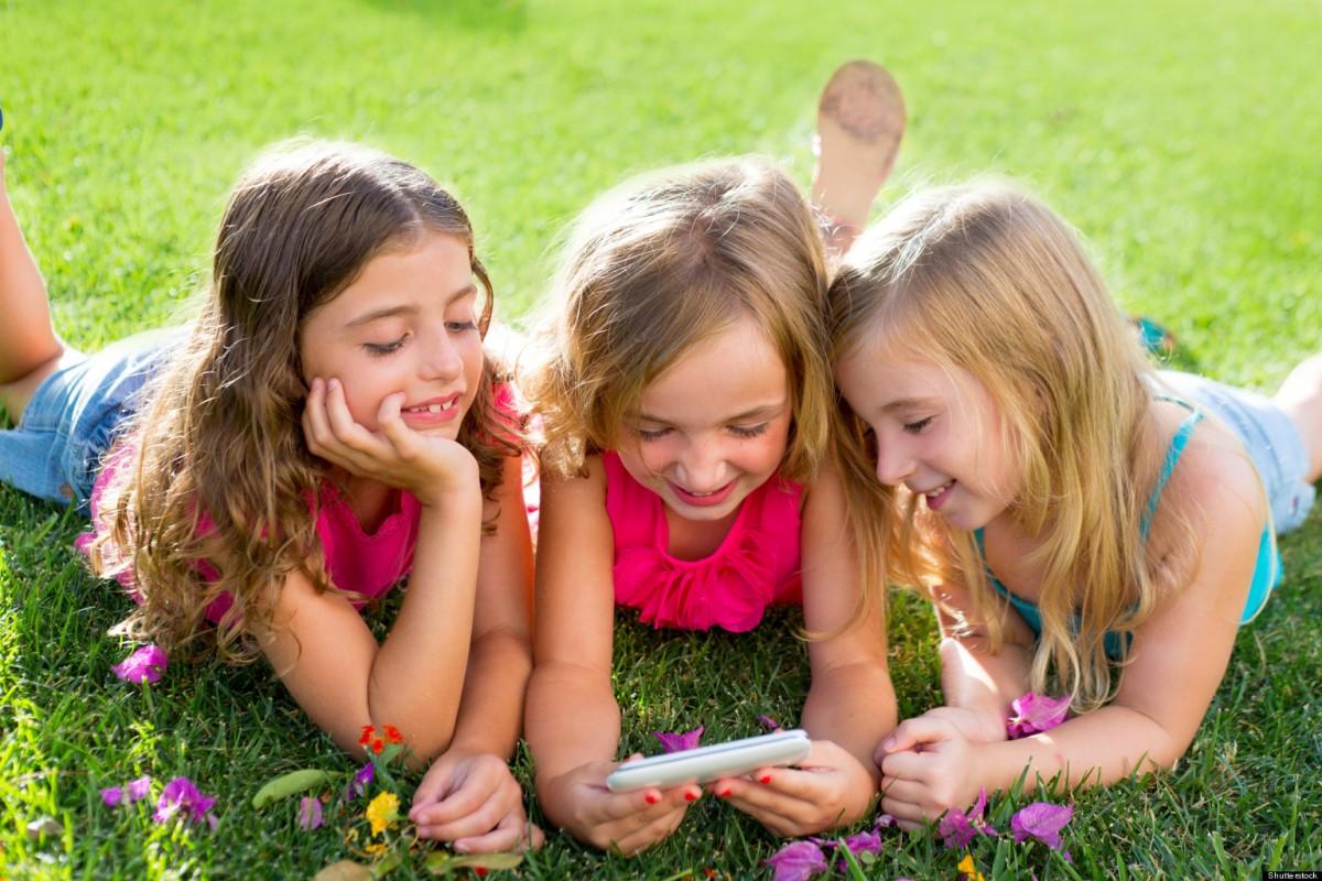[Έρευνα] Τα παιδιά μαθαίνουν να χρησιμοποιούν τα κινητά προτού μάθουν να γράφουν το όνομά τους