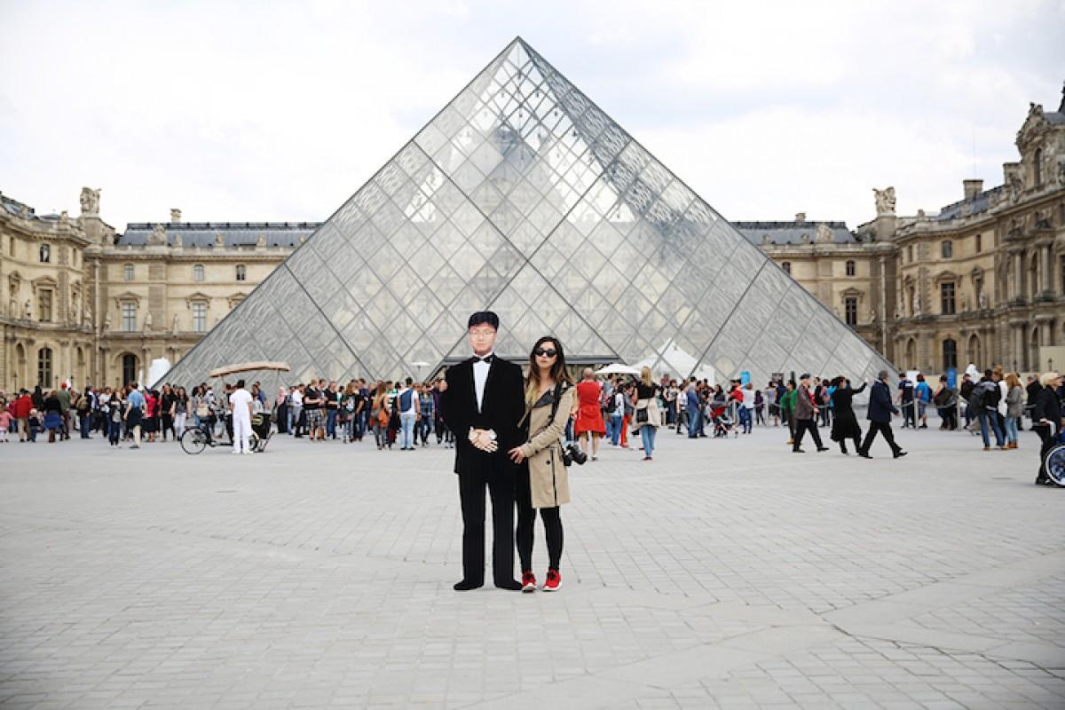 Ταξίδεψε στην Ευρώπη με ένα ομοίωμα του πατέρα της από χαρτόνι