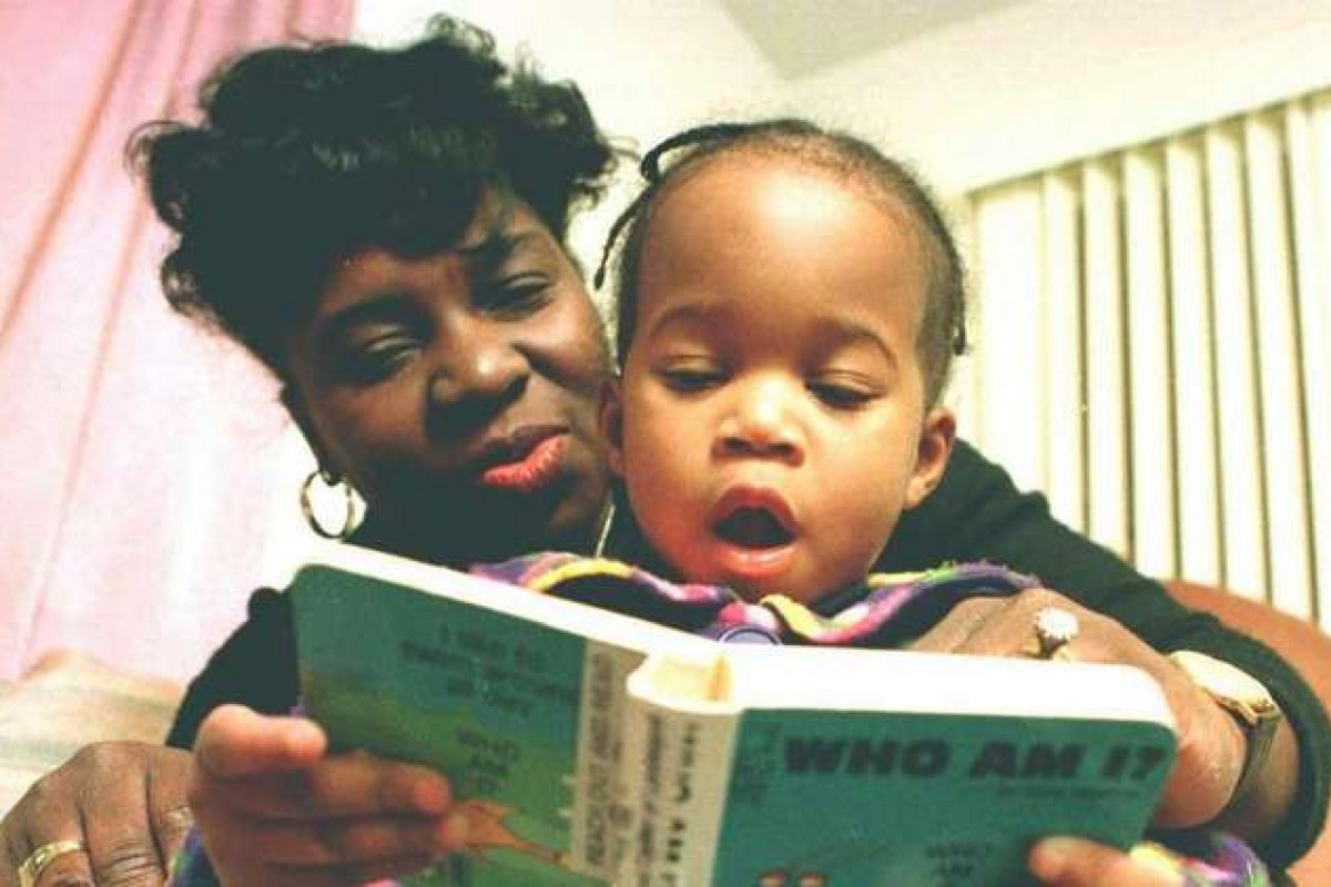 «Να διαβάζετε στα παιδιά σας κάθε μέρα» συστήνουν οι παιδίατροι