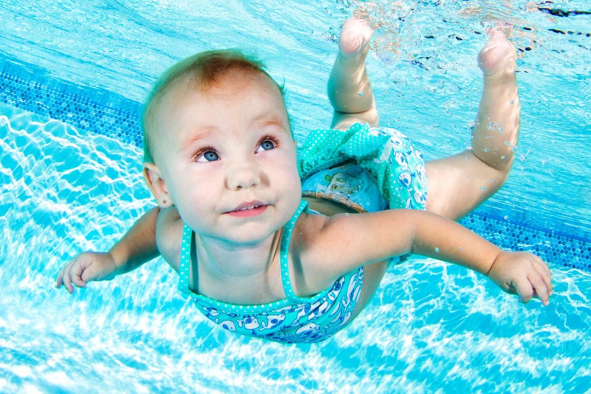 Τα δελφινάκια που μαθαίνουν να κολυμπούν από μωρά