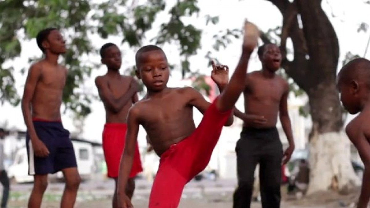Διδάσκοντας καποέιρα στους δρόμους της Κινσάσα