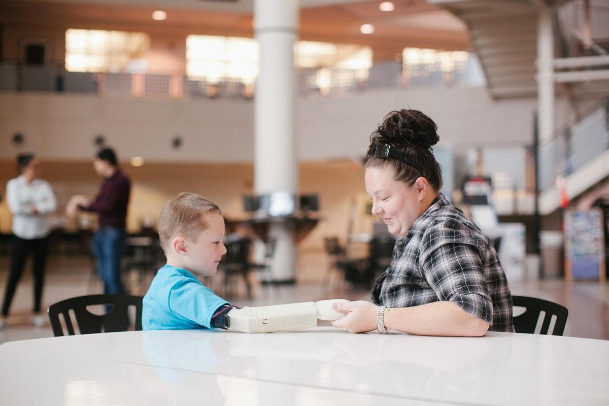 6χρονος αγκαλιάζει για πρώτη φορά τη μαμά του χάρη στο νέο του προσθετικό χέρι