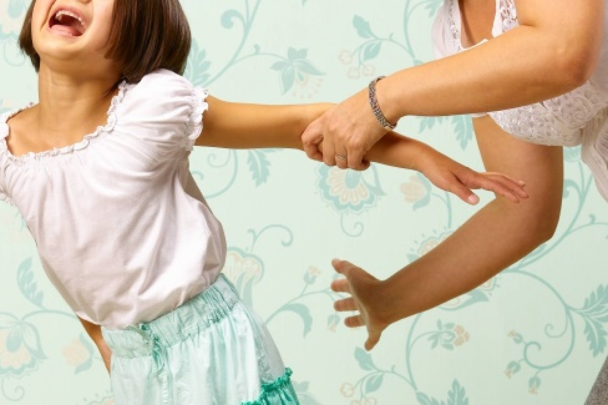 Άρπαξε το παιδί της και άρχισε να το ταρακουνάει – τι κάνετε;