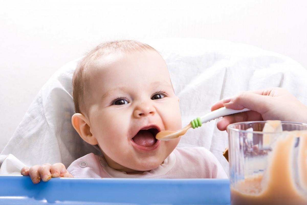 Πότε ξεκινάμε στερεές τροφές στα παιδιά;