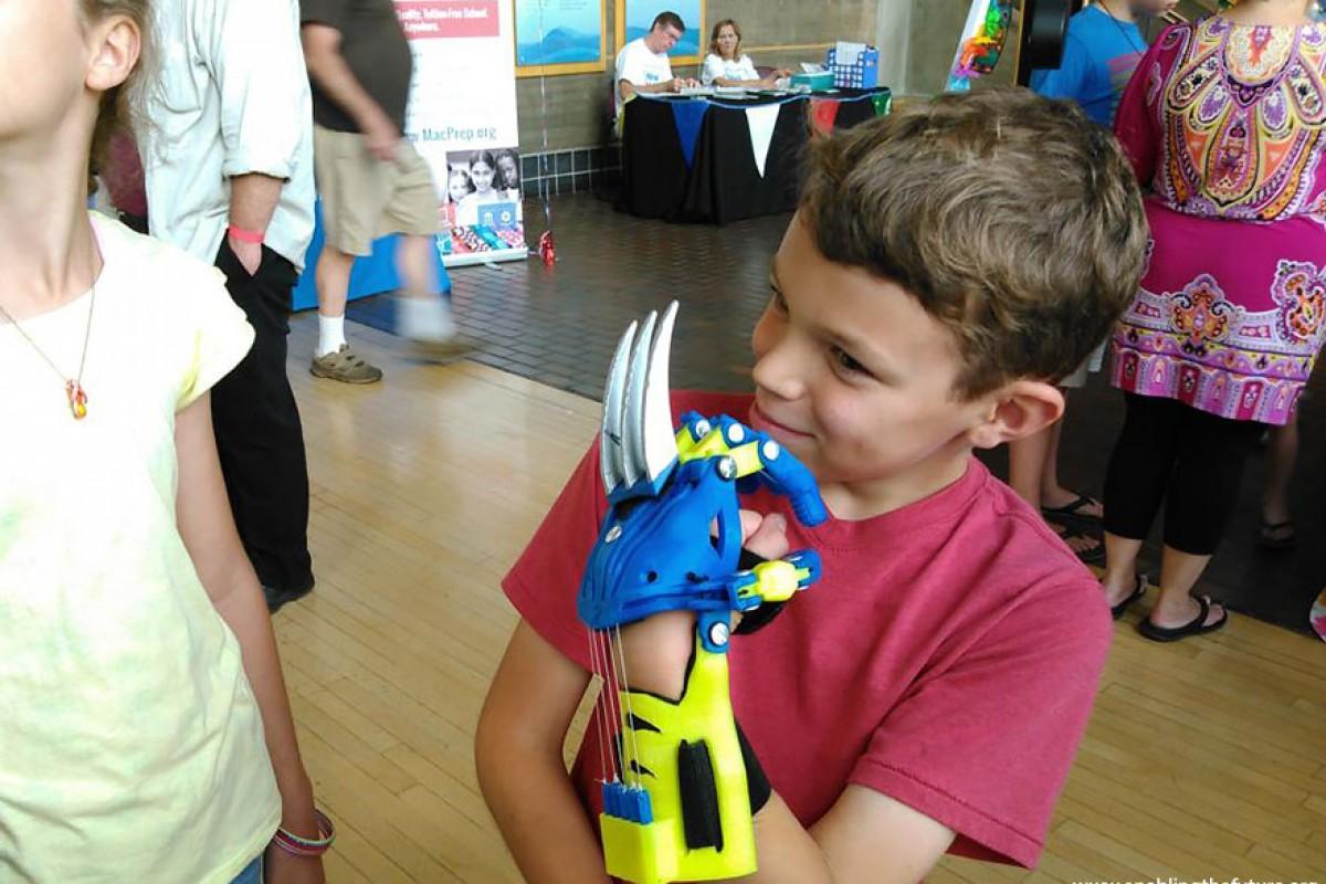 Μηχανικοί σχεδιάζουν εθελοντικά σούπερ προσθετικά μέλη για παιδιά
