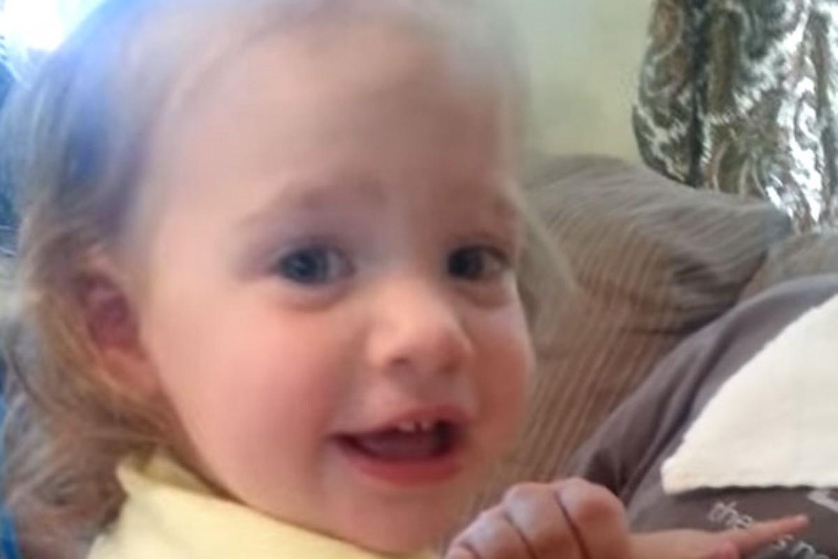 [Βίντεο] Σοκ! Ο μπαμπάς ξυρίστηκε!