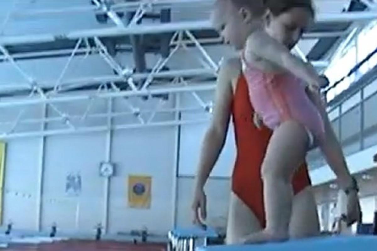 [Βίντεο] 21 μηνών κι όμως κολυμπάει σαν ψαράκι!