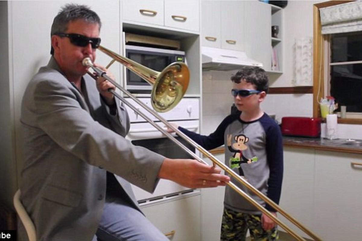 [Βίντεο] Όταν λείπει η μαμά απ' το σπίτι… δείτε τι κάνουν μπαμπάς και γιος!