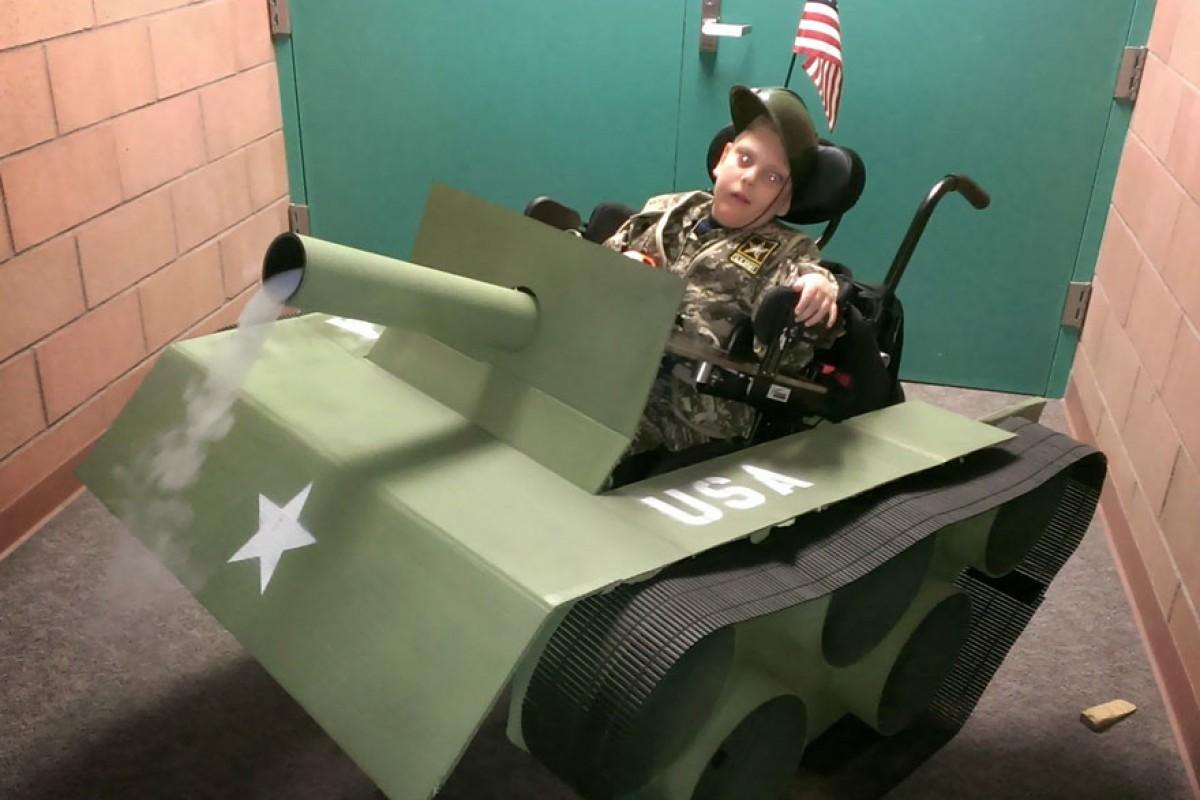 Μικρούλης με αναπηρίες χαίρεται το Halloween χάρη στις απίθανες φορεσιές που του φτιάχνει ο πατριός του
