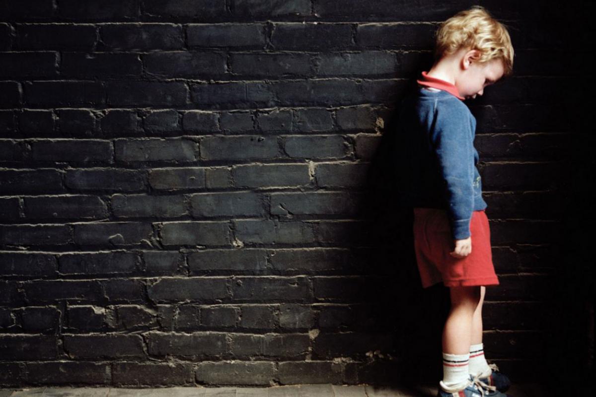 Δεν κακοποιούν μόνο οι άντρες τα παιδιά
