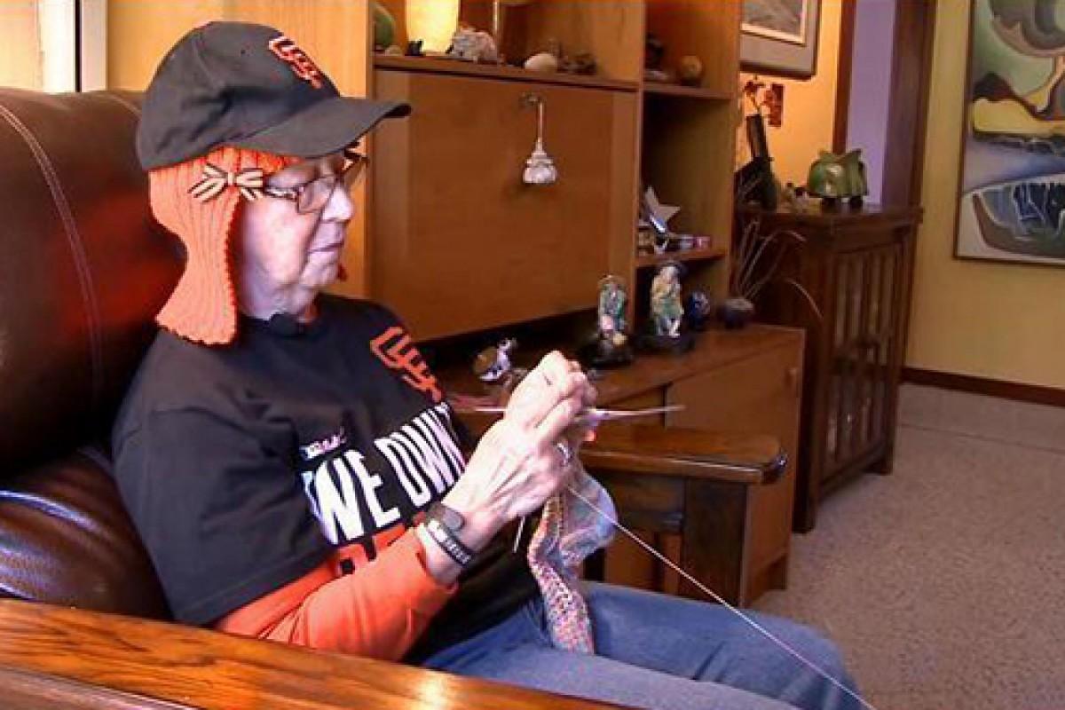 Μια γιαγιά που δίνει μάχη με τον καρκίνο… πλέκει τα μαλλιά της!
