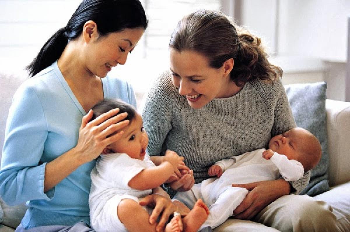 10 τρόποι με τους οποίους μπορείτε να βοηθήσετε τη φίλη σας που μόλις γέννησε